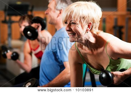 Tres personas mayores en el gimnasio