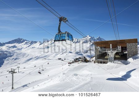 Cable way with cable car in a mountain area