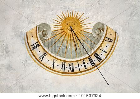 Although nowadays is a rarity, a time sundials tracked on the external walls of buildings facing south were common, as they are visible from a distance and cheaper to build. The dial can simply be painted on the wall or formed on a slab of marble poster