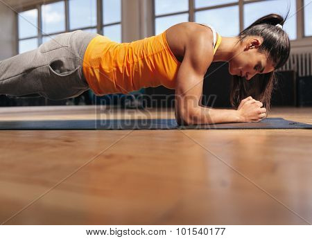 Muscular Female Doing Core Workout In The Gym