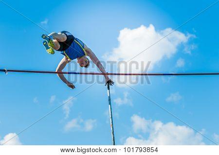 men athlete pole vault
