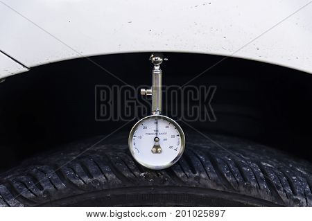 Auto mechanic pressure gauge for car tyre pressure measurement Selective focus.