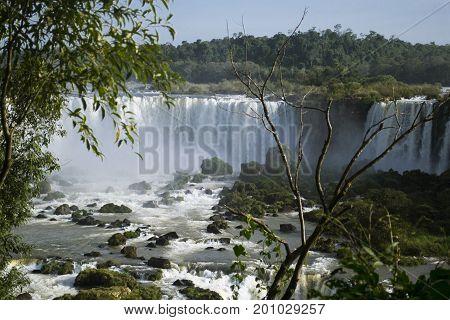 Las cataratas muestran la riqueza de la naturaleza en sudamerica. Combinación de azules y verdes, movimiento y vida.