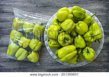 Pictures of stuffed peppers prepared for deep freze Stuffed peppers placed in a refrigerator bag