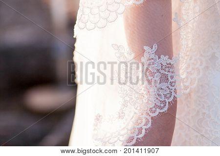 Bride hand ander white tulle wedding dress