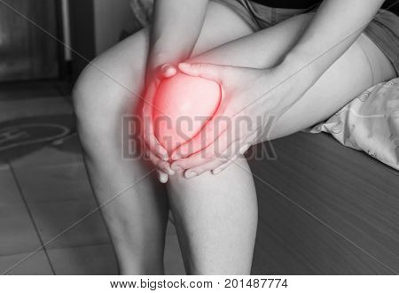 women has inflammation and swelling cause a pain the sore knee sport physical injuries when working out.