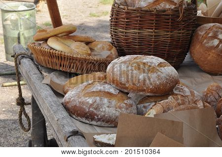bread, food, loaf, meal, meal, delicacy, refinement, cart, table, basket.