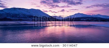 Dämmerung über einer Furt in Norwegen mit wunderschönen Farben