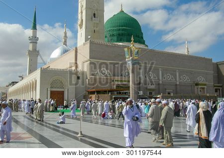 Medina,saudi Arabia-nov 5,2008:pilgrims At The Nabawi Mosque At Medina,saudi Arabia.nabawi Mosque Or