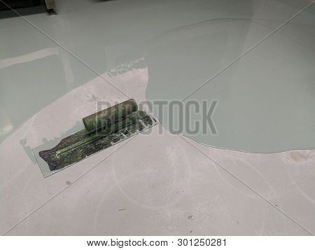 Self Leveling Epoxy With Trowel.self-leveling Epoxy. Leveling With A Mixture Of Cement Floors