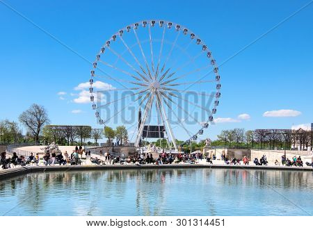 Paris, France - April 18 2016: A Ferris Wheel (roue De Paris) On The Place De La Concorde From The T