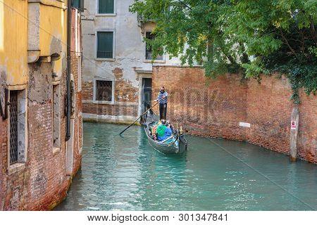 Venice, Italy - October 23, 2018: Gondola On Canal Rio Dei S.s. Apostoli In Venice