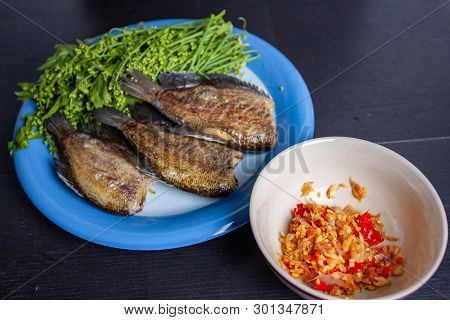 Fried Trichogaster Pectoralis Cut And  Blanched Neem - Thai Food