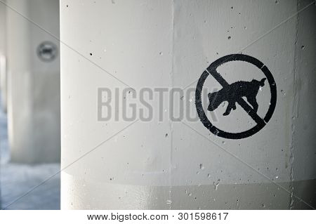 sign forbidden to pee the dogs in a concrete column.