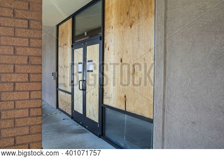 Buckhead, Ga Usa - 05 31 20: Chase Bank Looted The Night Before During The George Floyd Riots Doors