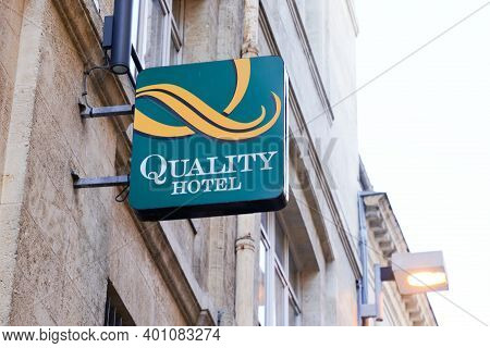 Bordeaux , Aquitaine  France - 12 25 2020 : Quality Inn Hotel Logo And Text Sign Brand On Wall Entra