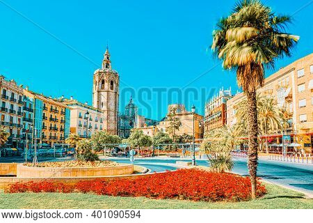 Square, Plaza Of The Queen And  Crafts Market Before The Seville