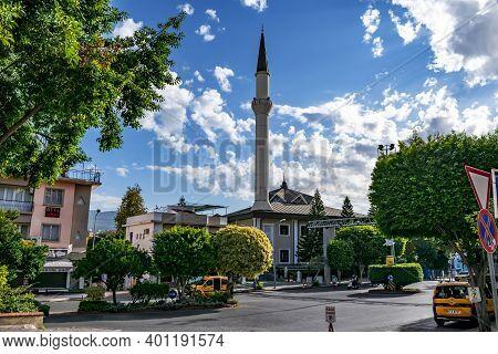 Alanya, Turkey - October 22, 2020: Cityscape With Kuyularonu Mosque In Alanya. City Street With A Mu