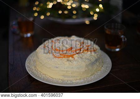 Witte Chocolade Taart Met Sinaasappel, Met Vulling Van Gemengde Bosvruchten Jam