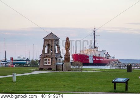 Mackinaw City, Michigan, Usa - May 29, 2020: Sunset Along The Downtown Waterfront District In The Po