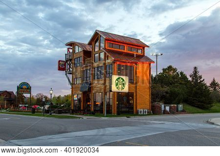 Mackinaw City, Michigan, Usa - May 29, 2020: Exterior Of A Large Starbucks Store And Logo On The Cor