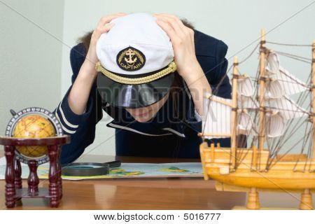 Chica - el capitán de mar con una tarjeta de
