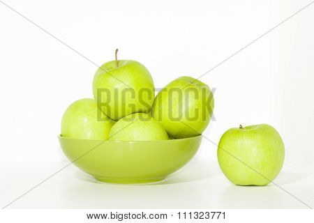 A plate of fresh green apples