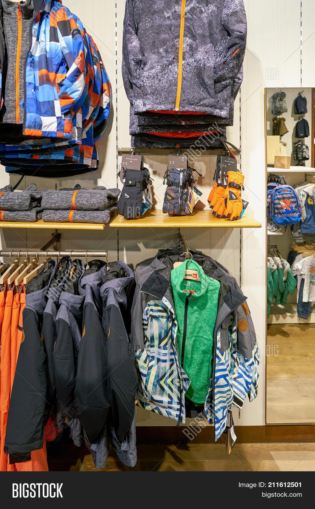 winkel scheiding schoenen populair merk SAINT PETERSBURG, Image & Photo (Free Trial)   Bigstock