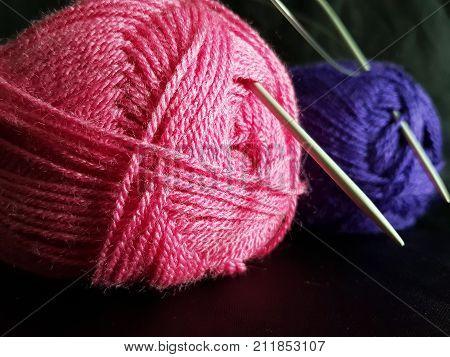 Bunte Wolle zum Stricken und Häkeln freigestellt