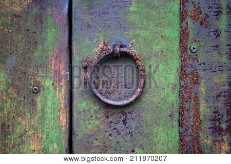 Mechanism or knob for knocking and opening the door or gate. Over time, the iron surface and paint on the product covered with cracks and rust.