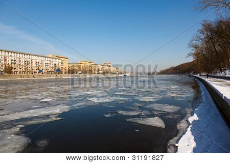 Spring debacle at the Moscow River