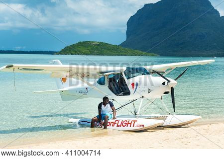 Born To Fly , Mauritius-december 9, 2019: Beautiful Tropical Summer Landscape With Seaplane For Guid