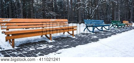 Wooden Bench In The Park, Covered With Snow. Beginning Of Winter.city Park Without People In Winter.