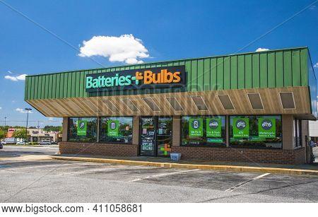 Buckhead, Ga / Usa - 05 31 20: Batteries Plus Bulbs Building With Entrance And Sign