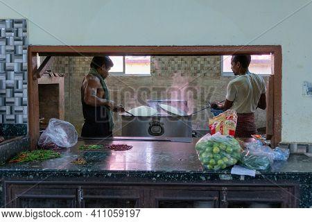 Howrah,west Bengal,india- 22nd April 2019 : Food Being Prepared Ar Engineering Hostel Kichen For Stu
