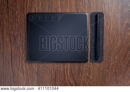 Ggraphic Tablet Drawing Pad With Digital Pen Stylus On Felt Pad On Table Flat Lay