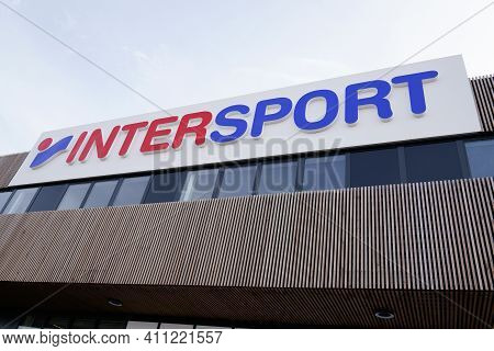 Bordeaux , Aquitaine France - 02 25 2021 : Intersport Sporty Brand Sign And Text Logo Sport Store In
