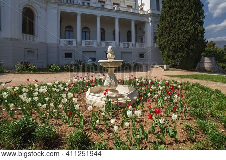 Livadia, Crimea, Russia - April 30, 2019: Fountain And Blooming Tulips On The Background Of The Liva
