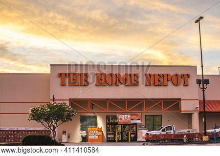 Stone Mountain, Ga / Usa - 07 13 20: Home Depot Entrance And Sign