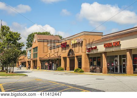 Gwinnett County, Ga / Usa - 07 09 20: A Shopping Center With Multiple Retail Outlets