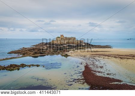 St-malo, France, Sept 2020, View Of Bon-secours Beach And A Fort On Grand Bé A Tidal Island Near The