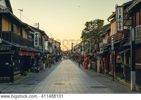 November 19, 2018: Hanamikoji Dori, The Main Street Of Gion Located In Kyoto, Japan. It Is One Of Th