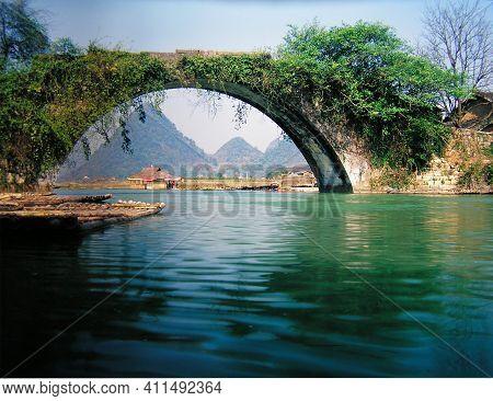 Lijiang River In Guilin, Guangxi, China-yulong Bridge