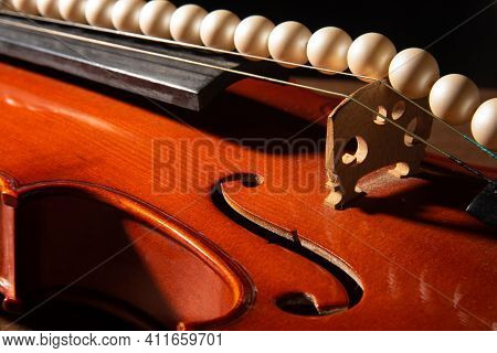 Violin And Pearl Necklace, Arrangement With Violin And Pearl Necklace On Wooden Surface, Low Key Por