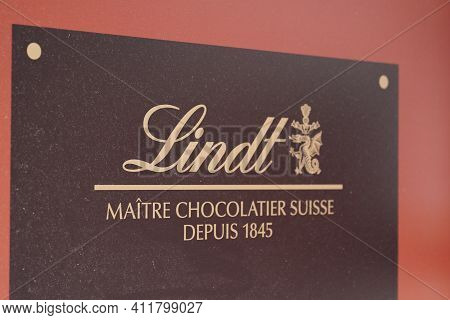 Bordeaux , Aquitaine France - 03 08 2021 : Lindt Shop Logo Sign And Text Brand Of Swiss Chocolatier