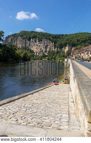 La Roque-gageac, Dordogne, France - September 7, 2018: Canoeing  On The River Dordogne At La Roque-g