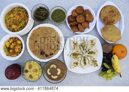Farali Vrat Thaali Homemade Items Rajgira Sheera, Paratha, Puri Bhajiya Or Pakoda. Sabudanaflour Whi