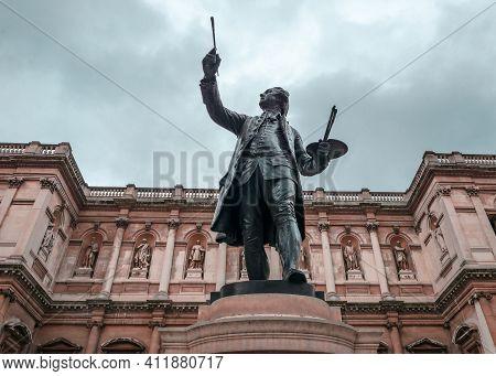 London, Uk - September 20 2018: The Statue Of Joshua Reynolds In The Courtyard Of Burlington House,