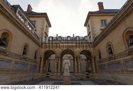 The College De France , Founded In 1530, Is A Higher Education And Research Establishment In France.
