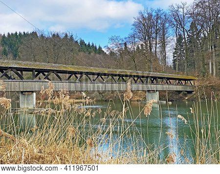 Hermetschwil Wooden Footbridge Over The Reuss River (holzfussgängerbrücke Hermetschwil über Den Flus